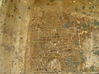 Grafit medieval representant un castell de tres cosos coronat per merlets, a la portalada de la capella de Sant Marc