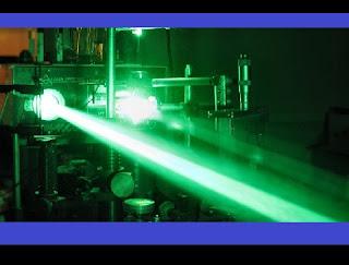 """Agência de Projetos de Pesquisa Avançada de Defesa (DARPA) recebeu uma autorização do Departamento de Defesa dos EUA (DOD) para realizar os primeiros testes da sua arma a laser: o HELLADS. A etapa marca o fim da fase de desenvolvimento dessa arma polêmica e o começo de """"uma nova e desafiadora série de testes"""", nas palavras de um porta-voz do DARPA. O HELLADS (High Energy Liquid Laser Area Defense System, ou Sistema de Defesa de Área de Laser Líquido de Alta Energia) é apresentado como uma arma a laser de alta potência que traria uma solução rápida e eficaz às ameaças de aviões tripulados e não tripulados, graças à sua grande velocidade e seu poder de iluminação sem precedentes."""