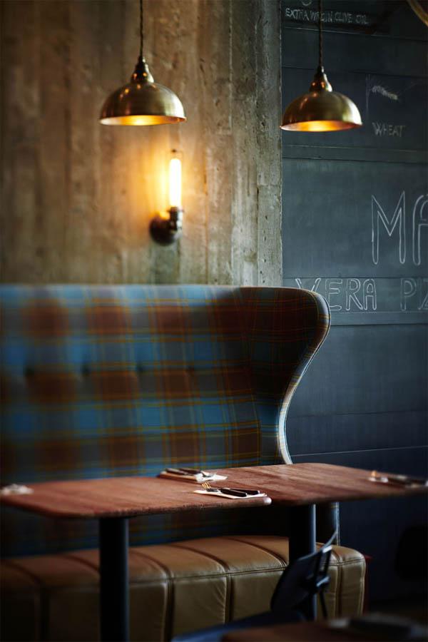sofa y mesitas iluminadas