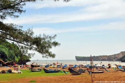 Foto-foto pantai Baron dengan jejeran kapal nelayan