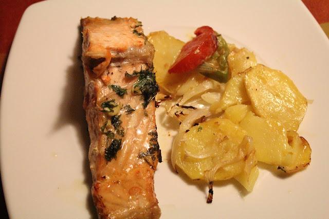 salmón al horno con patatas cebolla pimiento y tomate