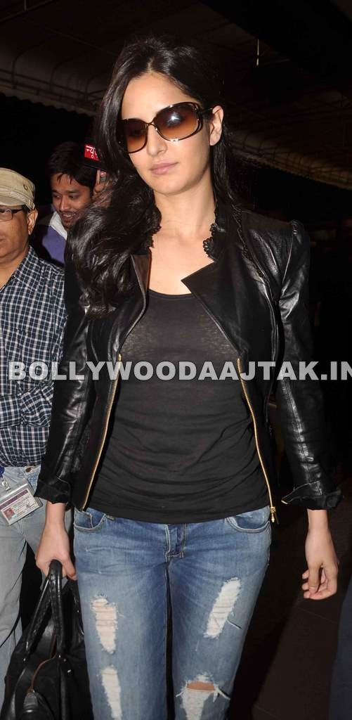 Katrina Kaif at mumbai airport1 - Katrina Kaif Looking Hotin Black Top blue Jeans at the international airport