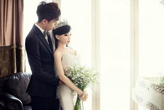 Lelaki hidap kanser buat keputusan kahwin dengan patung kerana tidak mahu isterinya menderita apabila dia meninggal dunia