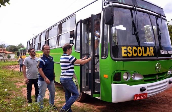 Prefeito vistoria ônibus escolares na zona rural de Caxias!