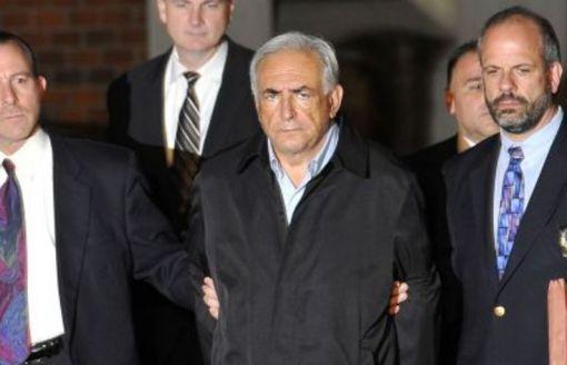 DSK menotté sort du commissariat