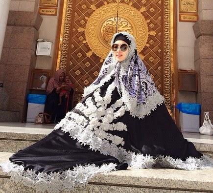 http://mattfatal.blogspot.com/2014/07/busana-muslim-syahrini-mirip-tenda-pramuka.html