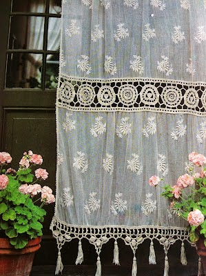 Moon to moon lace curtains a very british tradition - Rideaux anciens dentelle ...