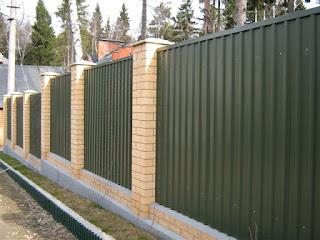 Забор из профлиста с кирпичными столбами. Фото 20