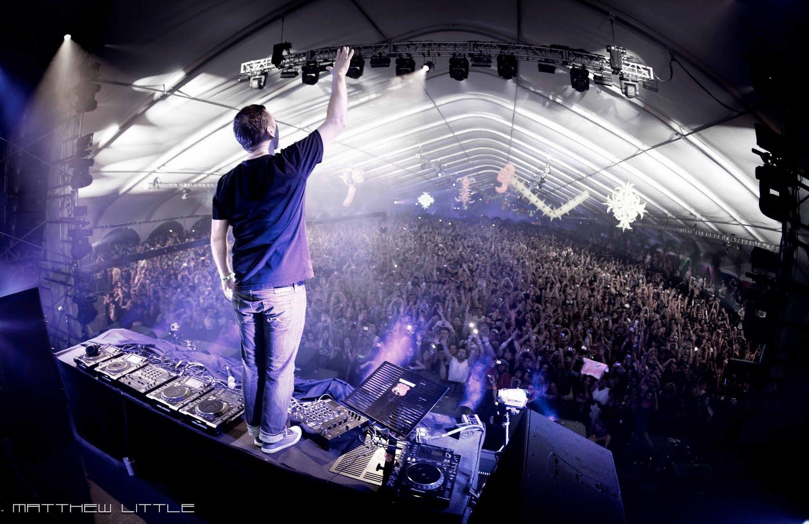 http://3.bp.blogspot.com/-po17Sr09RCw/Te5ifRjzX7I/AAAAAAAAAkM/yiYtYeNYElE/s1600/Kaskade-%2540-huge-crowd.jpg