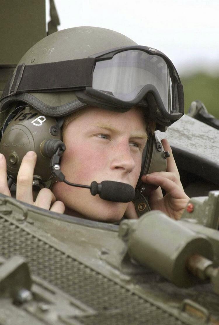 принц Гарри в разведывательном бронеавтомобиле «Spartan»