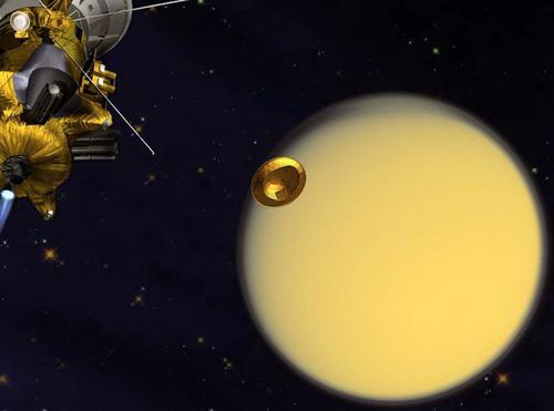 Зонд Гюйгенс (в центре) отстыковался от аппарата Кассини и взял курс на Титан