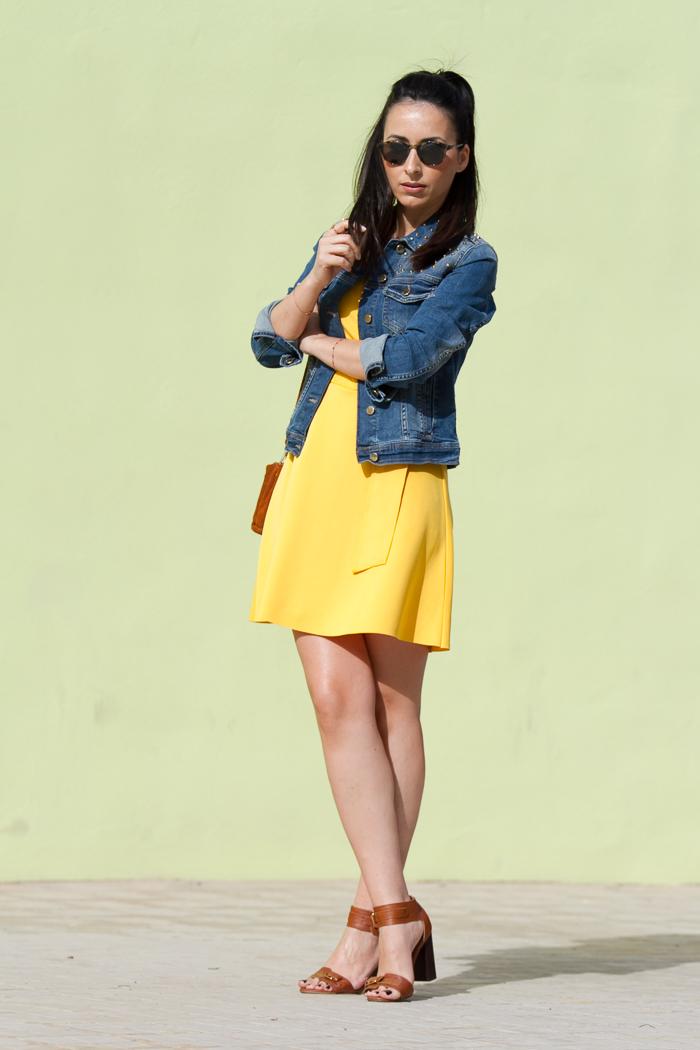 Estilismo de Blogger de moda valenciana withorwithoutshoes con vestido corto y sandalias atadas al tobillo