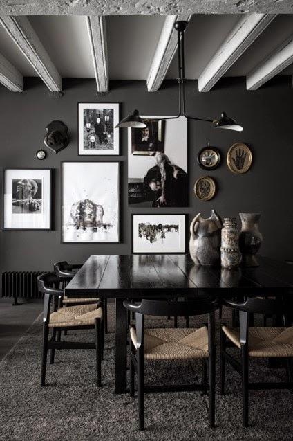 les murs couleur anthracite les tapis en laine paisse les tableaux en noir et blanc le velours et le lin crent une atmosphre lgante confortable et