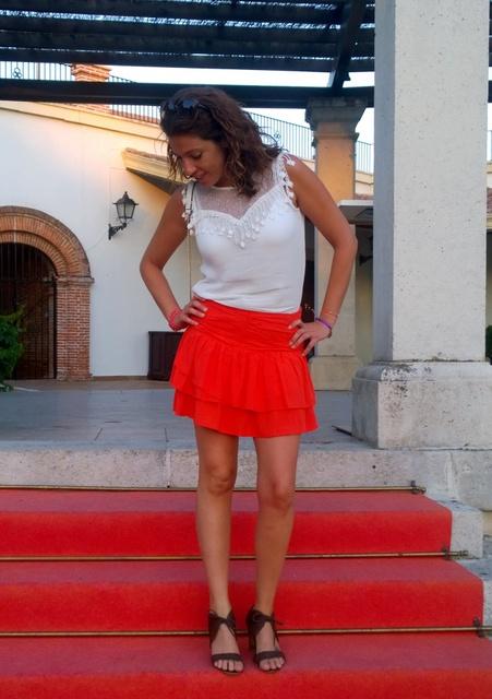 falda corta naranja vuelo