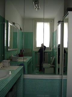 guardaroba su vasca da bagno immagine