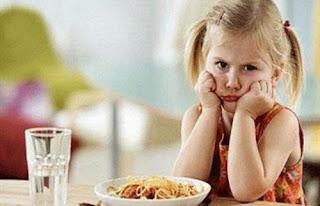 كيف يمكن التغلب على فقدان شهية الطفل  - الاطفال - طفلة بنت ترفض الاكل تكره