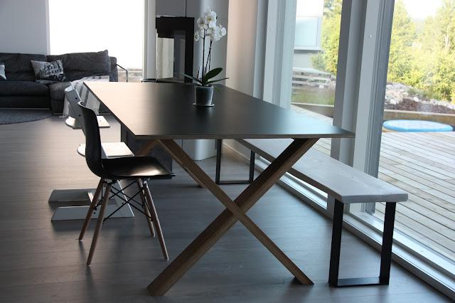 Arc220 iso ruokapöytä ja Romuritarin pitkä lankkupenkki.