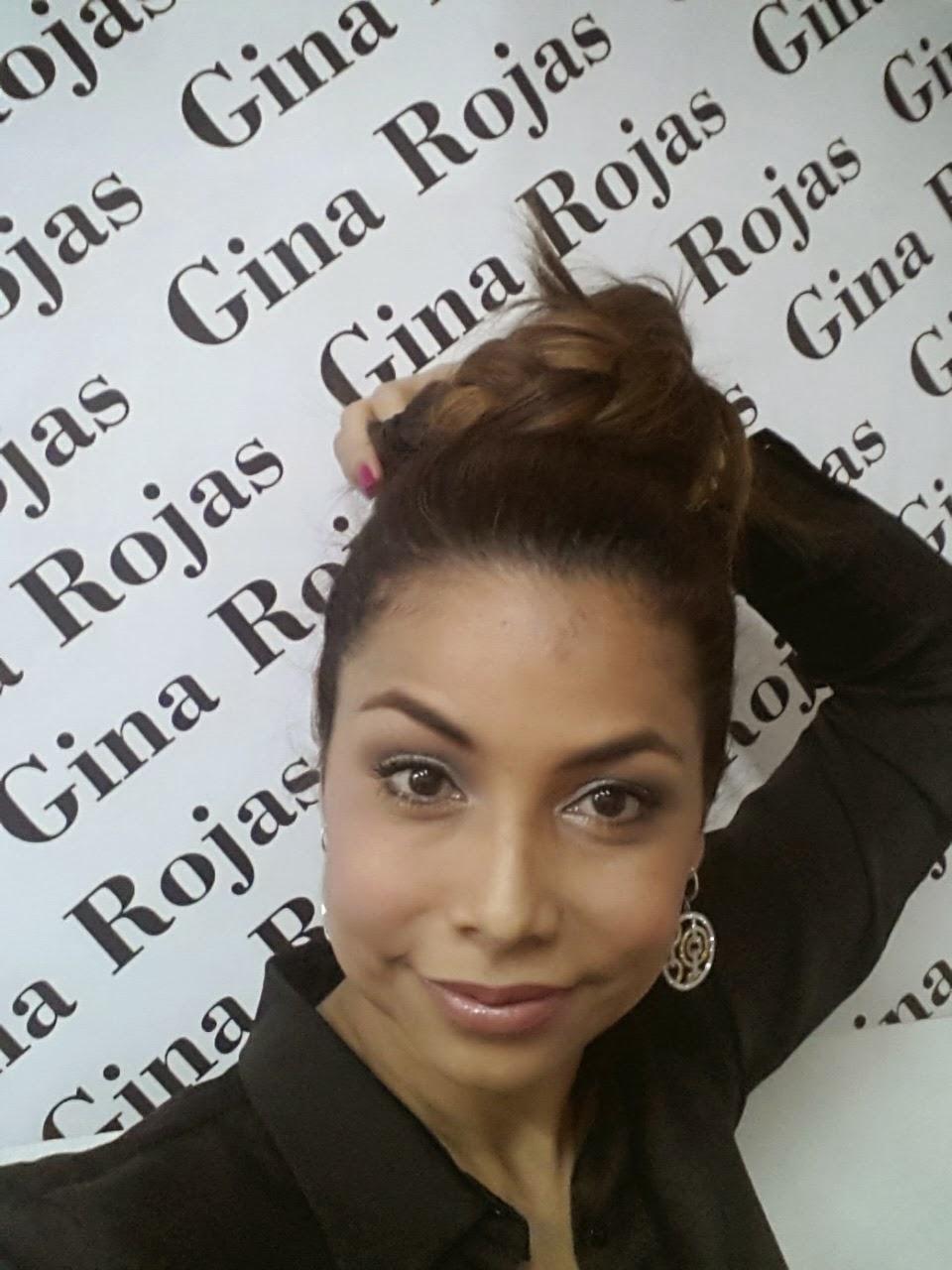 gina Rojas haciendo un Peinado en el tope