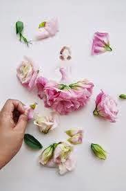 Kelopak Bunga Di Atas Kertas Sang Desainer Muda