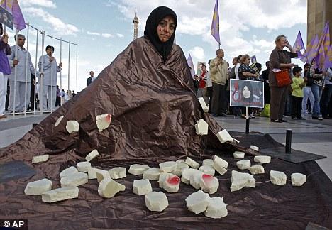 """""""Phá trinh"""" nữ tử tù trước khi hành hình ở IRAN 14"""