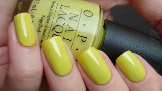 Unhas na cor amarelo mostarda