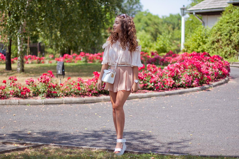 dziewczęca pudrowo różowa stylizacja