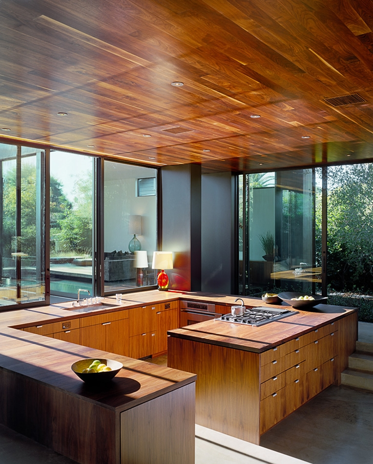 Wooden kitchen in Vienna Way Home by Marmol Radziner