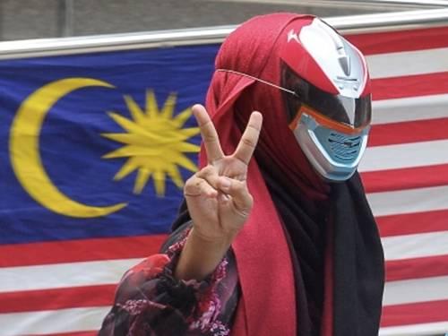 Muhdalena memakai topeng 'Power Rangers'