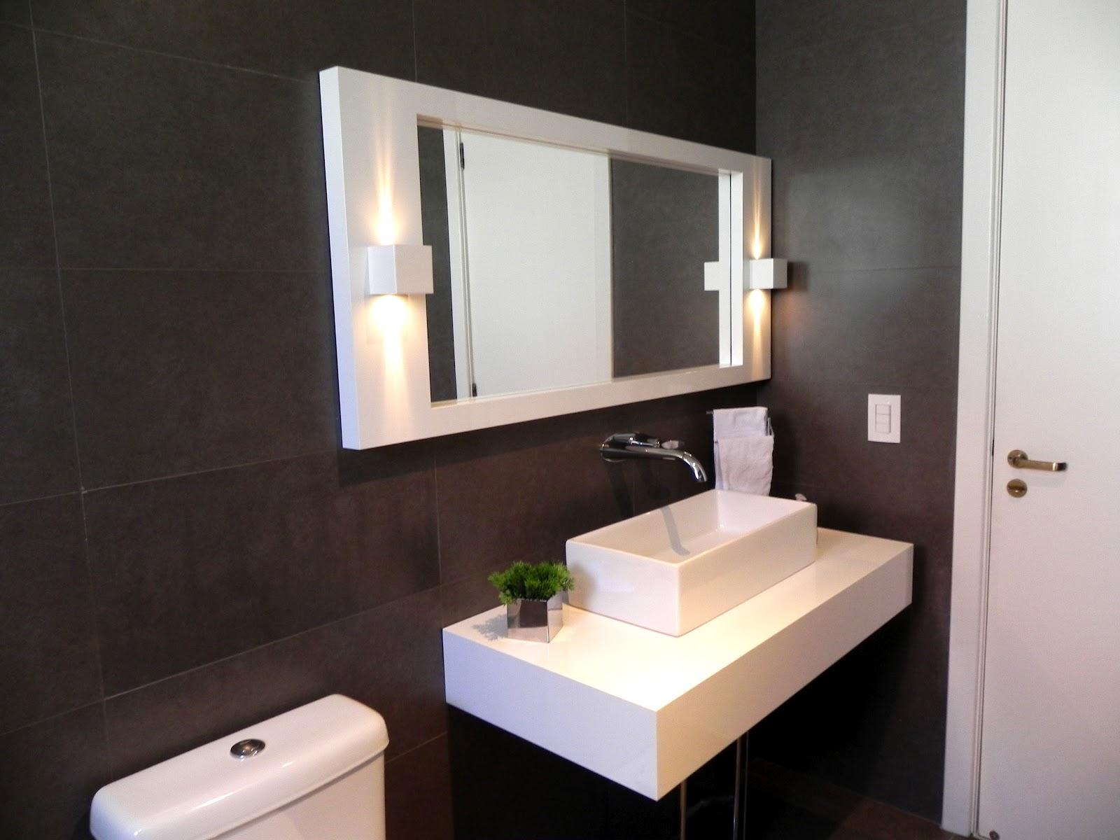 Lavabo tem bancada e espelho em laca e cuba de apoio #454C86 1600x1200