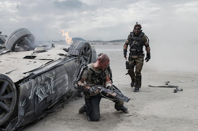 Matt Damon and Sharlto Copley in Elysium