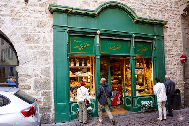 Picture of an italian bakery.