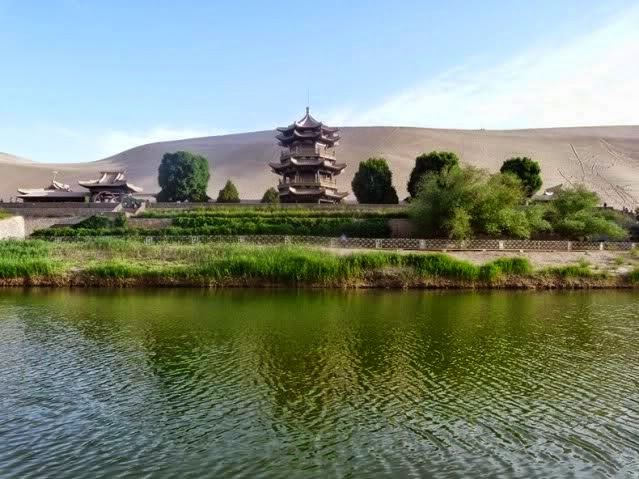 Danau Bulan Sabit 2 ribu Tahun Di China