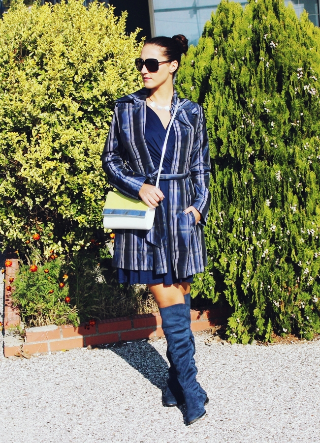 How to wear trench coat. All blue outfit. Plaid trench coat. Plaid print is biggest fashion trend. How to wear plaid. Burberry trench coats. Tartan trench coat.