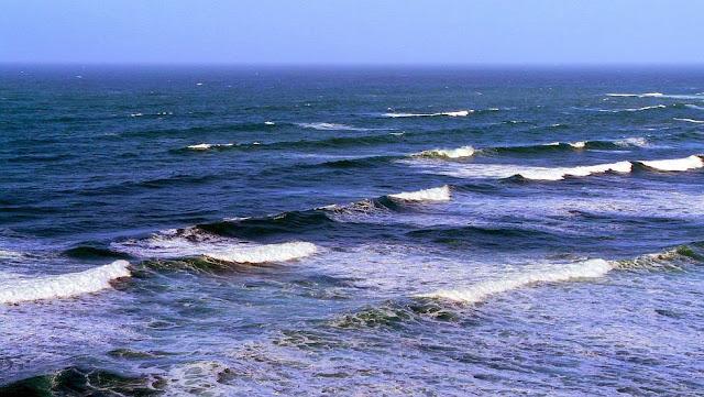 mar azul olas blancas