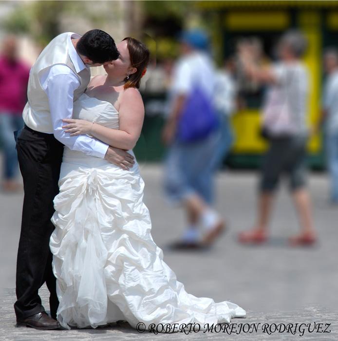 una pareja de enamorados franceses que decidieron hacerse fotos en La Habana.