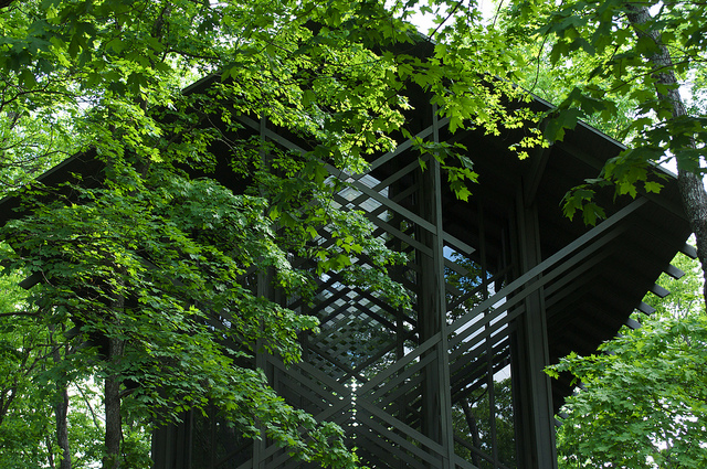 Capela construída em harmonia com a natureza