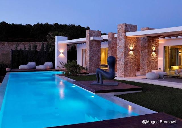 Casa residencial contemporánea con arte en exteriores ubicada en Ibiza, España