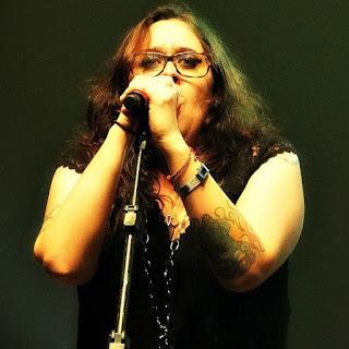 Izmália canta no concerto Clássicos do Rock Nacional, em Porto Alegre.