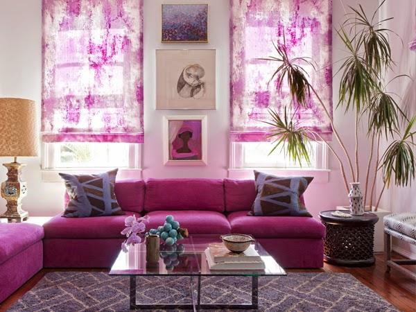Sofa w kolorze purpurowym na tle zasłon różowych