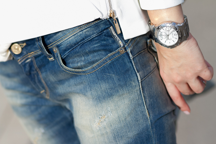 Detalle de jeans push up modelo Monie de Meltin' Pot y Reloj plata de Michael Kors