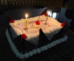 membuat kue ulang tahun