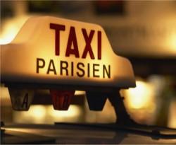 lumineux sur le toit d'un taxi parisien