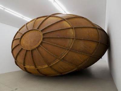 anish kapoor steel obloid - ANISH KAPOOR: Exposición en Madrid