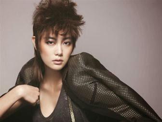 artis wanita Korea dengan gaya rambut pendek.