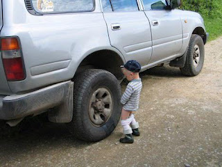 funny picture: child urinates against the tire