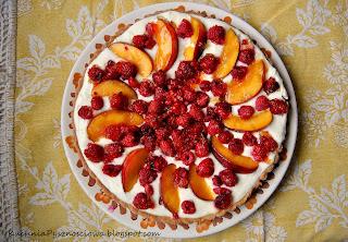 111. Słoneczna tarta z białą czekoladą, nektarynkami i malinami
