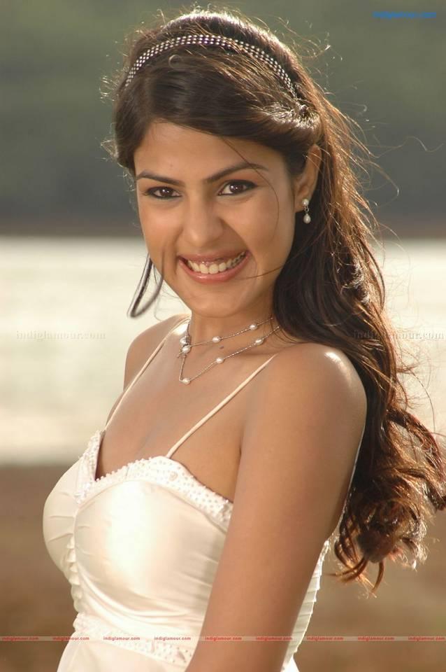 Mere Dad Ki Maruti Actress - Rhea Chakraborty Hot Images ~ Bollywood ...