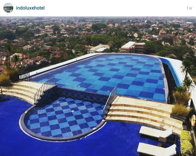 Rooftop swimmingpool indoluxe hotel jogjakarta ima 39 s stories for Jogja plaza hotel swimming pool