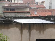 Construção inacabada na Parque Cruz Aguiar acumula água na laje e deixa moradores apreensivos