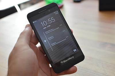 BlackBerry tiene una opción que están estudiando y que podría poner fin a sus problemas en el mercado de smartphones: poner a la venta la compañía. De acuerdo con analistas, BlackBerry tiene 5 mil millones de dólares en un portafolio llamado patentes, y este portafolio es el activo más grande y que le dará más dinero a la compañía… si encuentran comprador. Al parecer la compañía canadiense tiene un portafolio de 9,000 patentes relacionadas a sus productos, las cuales se han vuelto el activo más grande para la compañía que tantea la idea de venderse. Una de las razones por